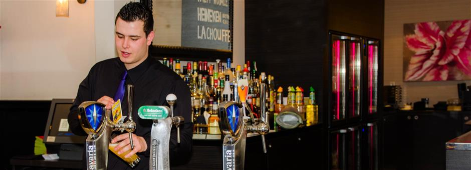 Sluit de dag af met een borrel in onze gezellige bar - Hotel Goes